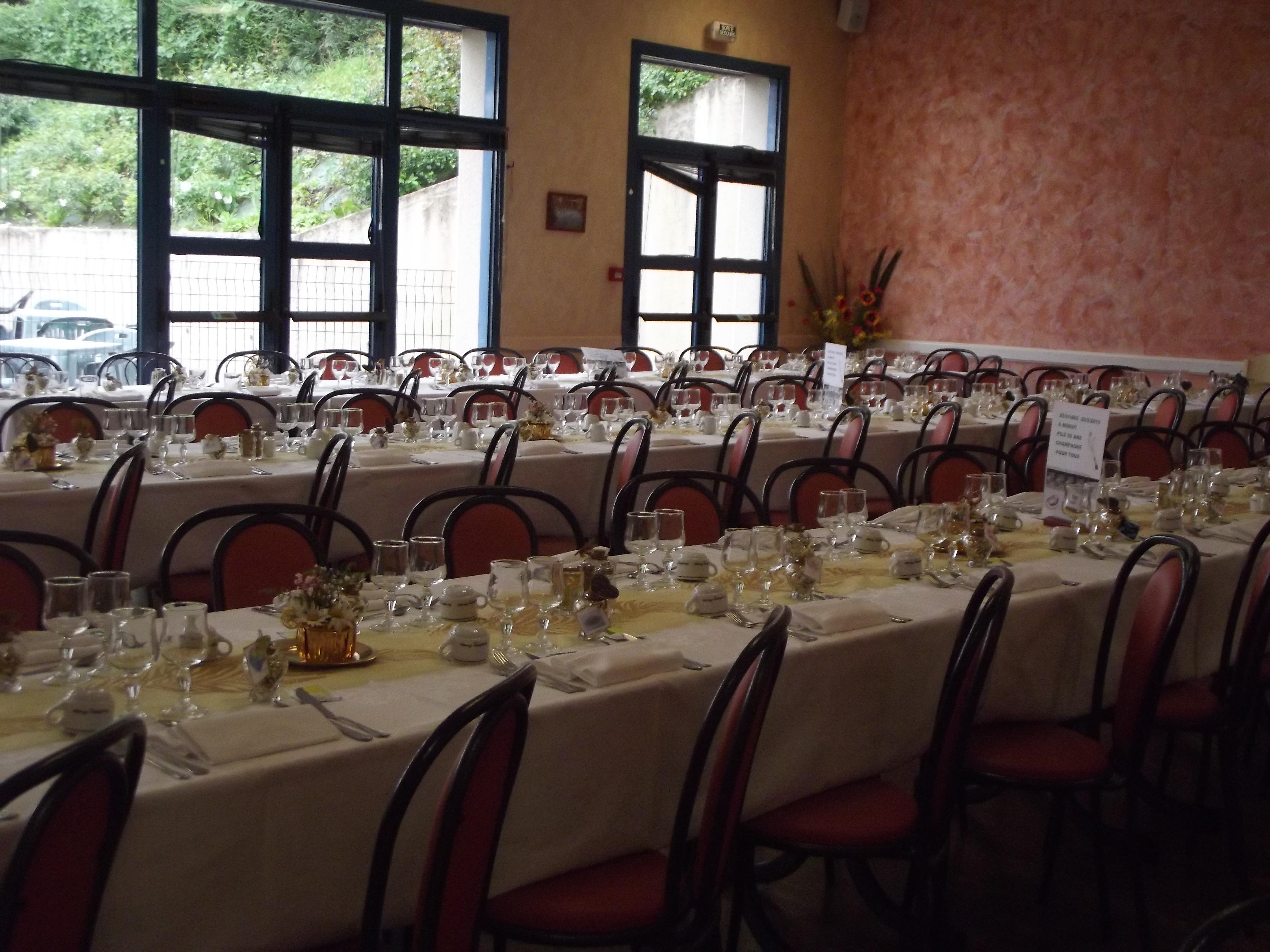 Noces d or mise en place d cor et buffet de verrines bar restaurant l 39 ang lus co smes - Mise en place table restaurant ...